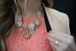 Біжутерія до коралового сукні: яскраво і елегантно!