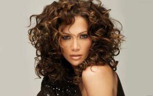Які зачіски підійдуть на кожен день для кучерявого волосся? Поради фахівців