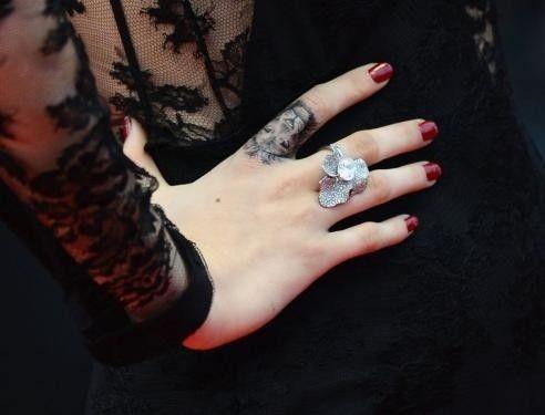 Манікюр під чорне плаття: ідеальне завершення образу