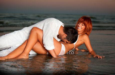 Чоловіки утримують жінку за допомогою оральних ласк