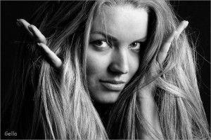 Від брюнетки до блондинки: догляд за пофарбованими волоссям