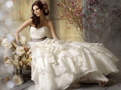 Весільні сукні: тенденції 2012