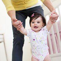 У скільки місяців дитина починає ходити, як це відбувається