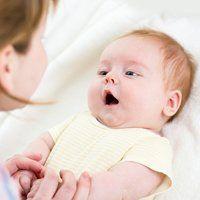 У скільки дитина починає говорити свої перші слова